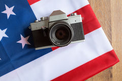 Los E.E.U.U. señalan por medio de una bandera y cámara retra de la foto Imagen de archivo