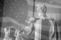 Los E.E.U.U. señalan por medio de una bandera y el monumento de Lincoln Foto de archivo libre de regalías