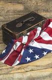 Los E.E.U.U. señalan por medio de una bandera con la maleta del viaje del viejo estilo Fotografía de archivo