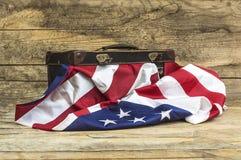 Los E.E.U.U. señalan por medio de una bandera con la maleta del viaje del viejo estilo Fotografía de archivo libre de regalías