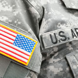 Los E.E.U.U. señalan por medio de una bandera y U S Remiendo del ejército en el uniforme militar - ascendente cercano Imagen de archivo