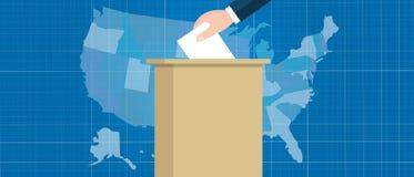 Los E.E.U.U. trazan la mano de la elección del voto que sostiene la papeleta electoral en la caja los E.E.U.U. los Estados Unidos Fotografía de archivo libre de regalías