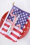 Los E.E.U.U. van de fiesta el cubierto de la tabla con la bandera en la tabla de madera blanca Fotos de archivo libres de regalías