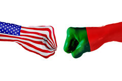 Los E.E.U.U. y bandera de Portugal Lucha del concepto, competencia del negocio, conflicto o eventos que se divierten Foto de archivo libre de regalías