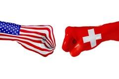 Los E.E.U.U. y bandera de Suiza Lucha del concepto, competencia del negocio, conflicto o eventos que se divierten Imagen de archivo