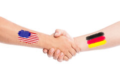 Los E.E.U.U. y manos de Alemania que sacuden con las banderas Foto de archivo libre de regalías
