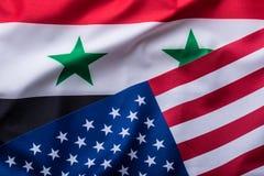 Los E.E.U.U. y Siria Los E.E.U.U. señalan por medio de una bandera y bandera de Siria Foto de archivo libre de regalías