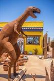 Los E.E.U.U., Arizona 28,06,2016 dinosaurios y otras figuras del metal están prendido Imagen de archivo libre de regalías