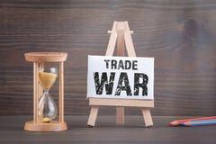 LOS E.E.U.U. - Concepto de la guerra comercial de China Contador de tiempo de Sandglass, del reloj de arena o del huevo en la tab fotografía de archivo libre de regalías