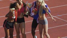Los E.E.U.U. nacionales combinan el abrazo y la sonrisa celebrando la victoria en la competencia de deportes metrajes