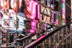 Los E.E.U.U. NUEVA YORK - 3 de enero de 2018 - pared de espejos con la reflexión de imágenes coloridas en una tienda de Nueva Yor fotografía de archivo libre de regalías