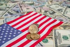 los E.E.U.U. señalan con nosotros la moneda y el dólar por medio de una bandera Fotos de archivo