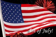 Los E.E.U.U. SEÑALAN por medio de una bandera con el 4 de julio Imagen de archivo libre de regalías