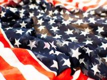 Los E.E.U.U. señalan por medio de una bandera para el 4 de julio en el fondo blanco imágenes de archivo libres de regalías