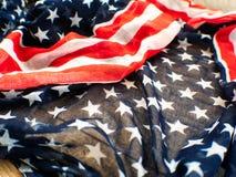 Los E.E.U.U. señalan por medio de una bandera para el 4 de julio en el fondo blanco d para la 4ta del día de julio Independense C fotografía de archivo libre de regalías
