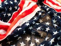Los E.E.U.U. señalan por medio de una bandera para el 4 de julio en el fondo blanco d para la 4ta del día de julio Independense C foto de archivo libre de regalías