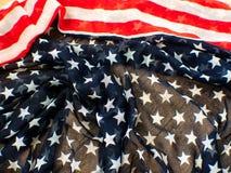 Los E.E.U.U. señalan por medio de una bandera para el 4 de julio en el fondo blanco d para la 4ta del día de julio Independense C imágenes de archivo libres de regalías
