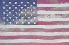 Los E.E.U.U. señalan un fondo por medio de una bandera del cielo azul y de nubes stock de ilustración