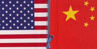 Los E.E.U.U. y banderas chinas combinados con una cremallera, simbolizando la conexi?n econ?mica permanente de ambos pa?ses stock de ilustración