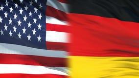 Los E.E.U.U. y funcionarios de Alemania que intercambian el sobre confidencial, fondo de las banderas almacen de metraje de vídeo