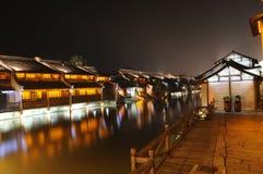 Los edificios acuosos chinos de la ciudad Foto de archivo libre de regalías