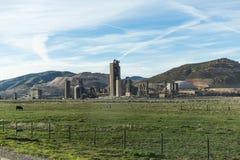 Los edificios agrícolas acercan a la carretera Imagen de archivo libre de regalías