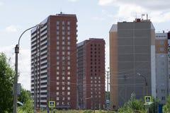 Los edificios altos en Rusia una nueva vecindad se están construyendo imagen de archivo libre de regalías