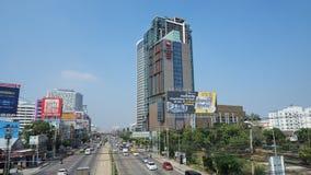 Los edificios altos se elevan en el cielo azul Imágenes de archivo libres de regalías
