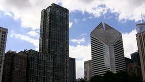 Los edificios céntricos de Chicago inclinan hasta las nubes almacen de metraje de vídeo