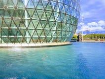 Los edificios de cristal modernos esféricos se colocan en el agua, una d soleada Fotografía de archivo libre de regalías