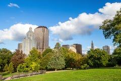 Los edificios de Highrise a lo largo de Bushnell parquean, Hartford céntrica Imágenes de archivo libres de regalías