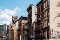 Los edificios de ladrillo típicos de Chinatown con cantan en Lower Manhattan imagen de archivo