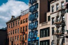 Los edificios de ladrillo típicos de Chinatown con cantan en Lower Manhattan fotos de archivo