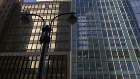 Los edificios de New York City del tiempo del día rematan a la opinión 4k los E.E.U.U. de la calle almacen de metraje de vídeo