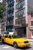Los edificios de Nueva York Soho amarillean el taxi NYC LOS E.E.U.U. del taxi Imagen de archivo