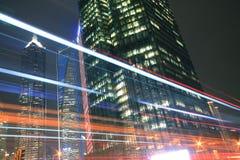 Los edificios de oficinas modernos de la luz de la noche del coche se arrastran Foto de archivo libre de regalías