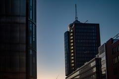 Los edificios de oficinas modernos se cierran para arriba en luz del sol El vintage entonó la puesta del sol sobre rascacielos, f foto de archivo libre de regalías