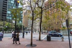 Los edificios del calle muy transitada y de oficinas acercan a la calle de mercado en San Francisco, California Foto de archivo libre de regalías