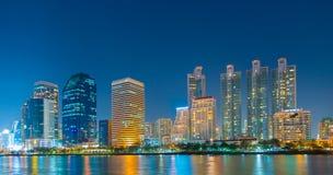 Los edificios del negocio en Bangkok vista de Benjakiti parquean, escena de la noche, Tailandia Fotografía de archivo libre de regalías