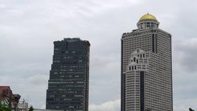 Los edificios en el centro de ciudad contra el cielo nublado, enfocan adentro metrajes