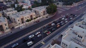 Los edificios en el emirato de Dubai Silueta del hombre de negocios Cowering carretera Vista aérea del distrito financiero de Dub Imagenes de archivo