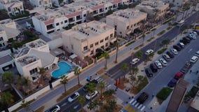 Los edificios en el emirato de Dubai Silueta del hombre de negocios Cowering carretera Vista aérea del distrito financiero de Dub Fotografía de archivo libre de regalías