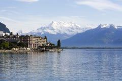 Los edificios en la orilla del lago Lemán Foto de archivo libre de regalías