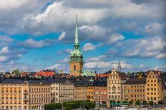 Los edificios góticos en Kornhamnstorg ajustan en la ciudad vieja G de Estocolmo Imagen de archivo libre de regalías