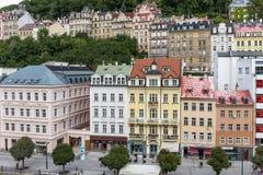 Los edificios históricos en Karlovy varían, Carlsbad Fotografía de archivo libre de regalías