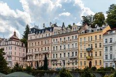 Los edificios históricos en Karlovy varían, Carlsbad Imágenes de archivo libres de regalías