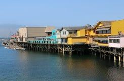 Los edificios icónicos, coloridos en el muelle viejo del ` s del pescador, Monterey imagen de archivo libre de regalías