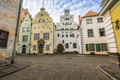 Los edificios más viejos en Riga Letonia - los tres hermanos imagenes de archivo