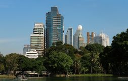Los edificios modernos suben en capital tailandesa imagenes de archivo