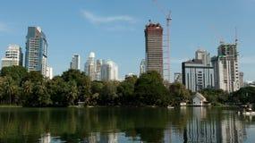 Los edificios modernos suben en capital tailandesa foto de archivo